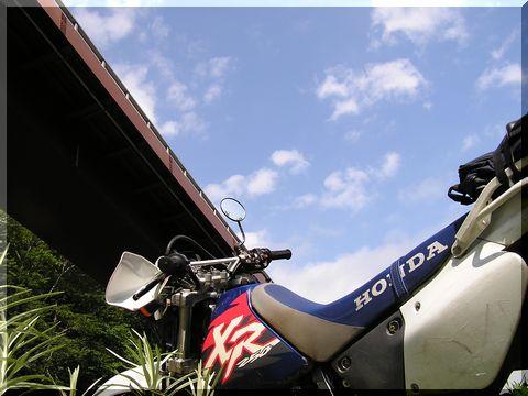 バイク、橋下.jpg