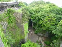 鋸山展望台の絶壁からの百澤観音を見下ろす。