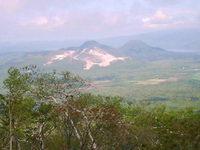 硫黄山と屈斜路湖の風景