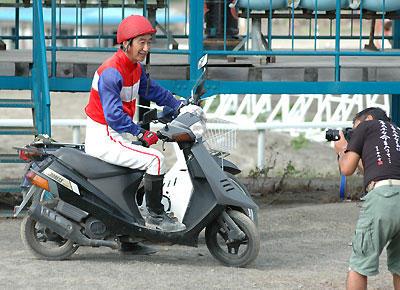 坂本東一騎手を撮る山岸さん
