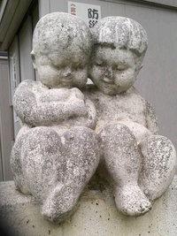 輝く晩秋の老ランと幼児像