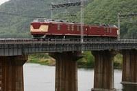 新緑の橋梁と赤い検測車