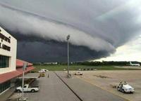 タイで奇妙なアーチ雲