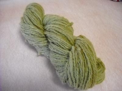 羊毛を染める作業。