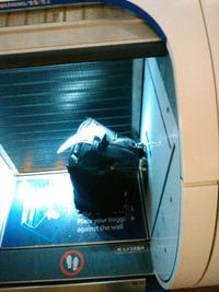 手荷物自動預け機に引っ掛かる