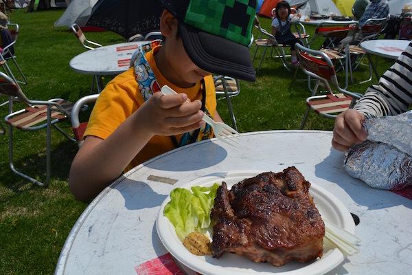 巨大なハニーローストリブで満腹! 北海道キャンピングフェア