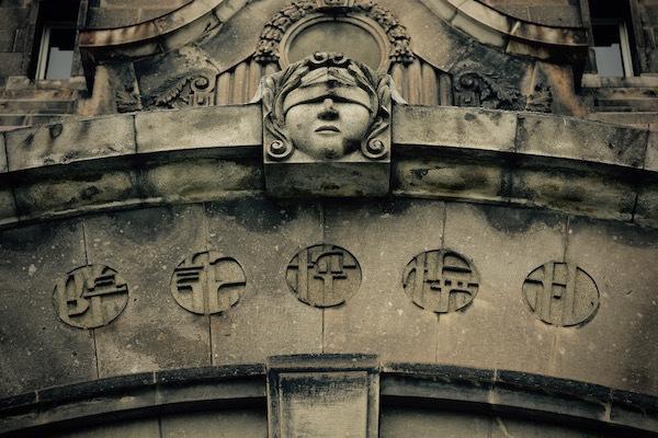 目隠しされた女神 旧札幌控訴院