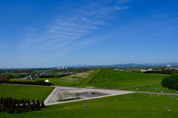 大地への彫刻 心地よい青空が広がるモエレ沼公園