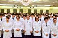 アインHDが「白衣授与式」を開催。調剤薬局最大手として人材確保をアピール