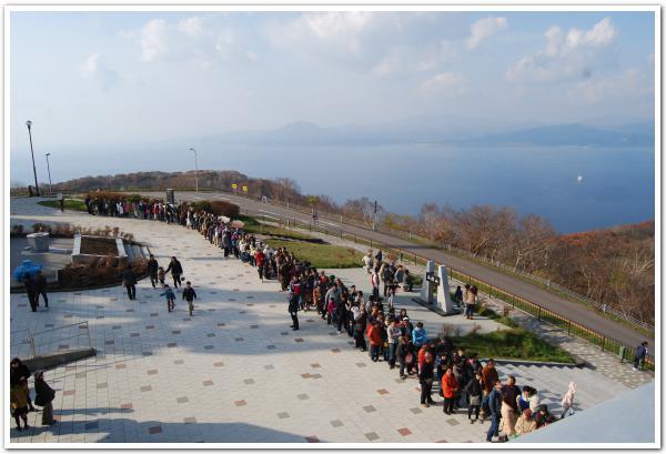 「市民感謝DAY」で大混雑の函館山から