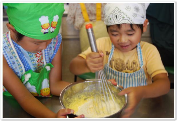 色が変わる不思議な食材で「マジックケーキ」に挑戦!