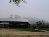 寒別小学校と羊蹄山