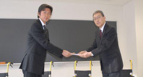 正栄プロジェクト、札幌市社協に子供用車椅子を寄贈