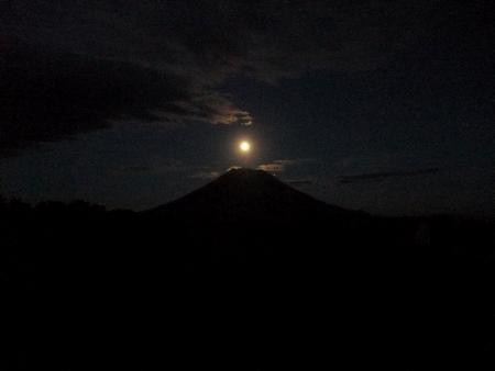 羊蹄山と月。