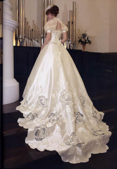 ロングトレーン ウェディングドレス 花びらカット