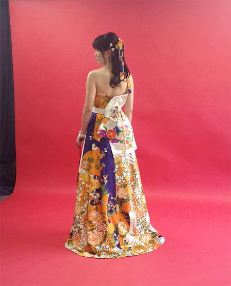 着物や和装をイメージさせる帯をウェディングドレスにデザイン