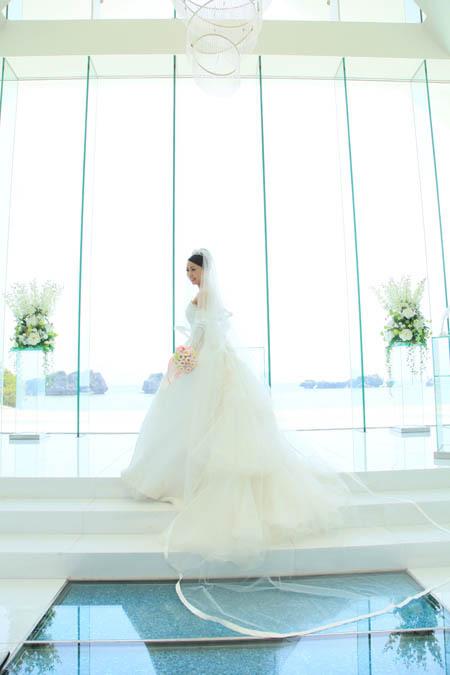 ヴェールで美しく演出するウェディングドレス