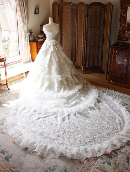 ロングトレーンのウェディングドレス