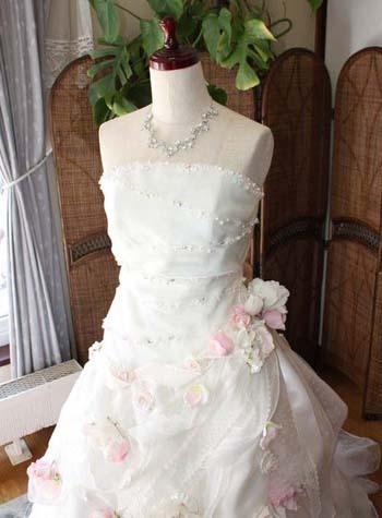 ピンクを取り入れたウェディングドレス