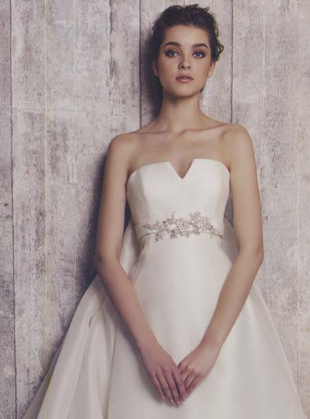 花嫁理想のウェディングドレスにアレンジを加えて