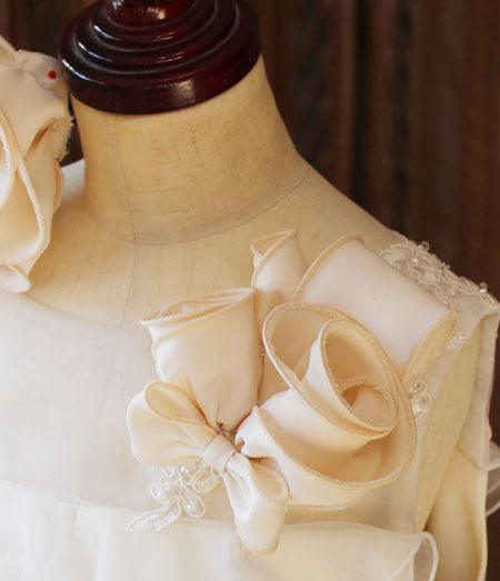 胸元のバラのコサージュ