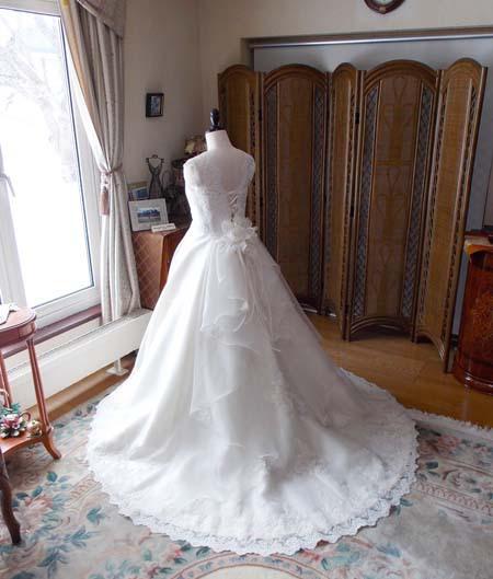 チャペル結婚式でのバージンロードに映えるトレーン