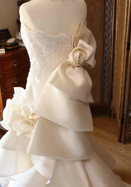 ウェディングドレスのドレープリボンとコサージュ