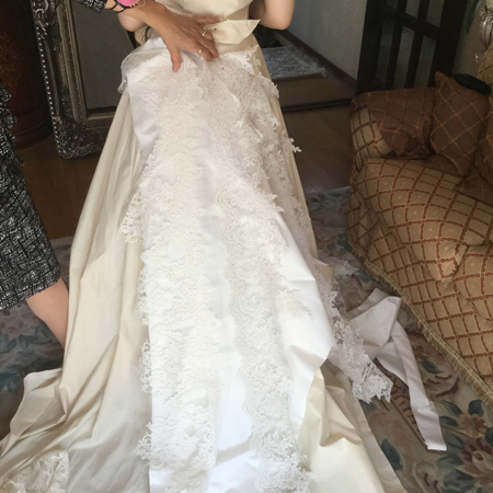 ウェディングドレスの仮縫い作業