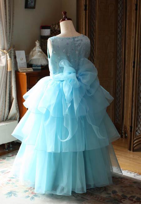 大きなリボンが特徴の子供用演奏会ドレス
