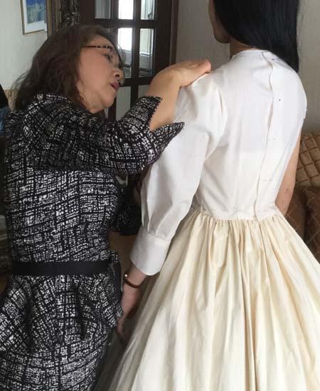 ミリ単位の仮縫い ウェディングドレスのオーダーメイド販売
