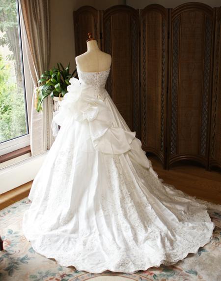 結婚式の披露宴用 ショートトレーンのウェディングドレス