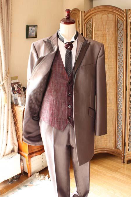 暖色系のカラードレスに相性ピッタリの花婿衣装