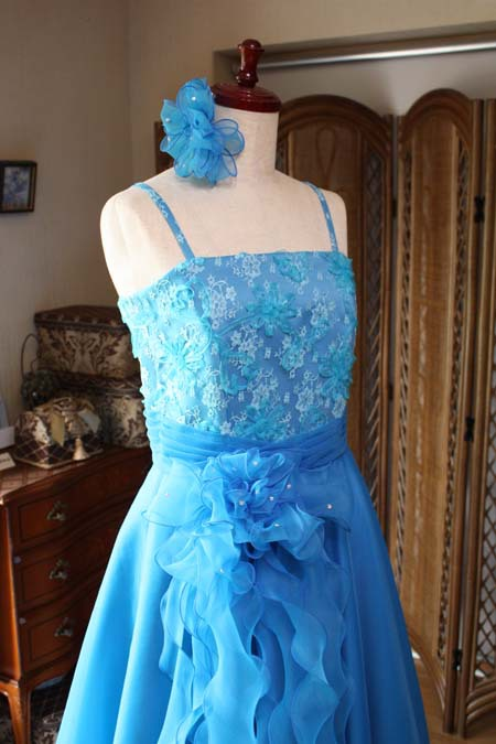 ヘッドドレスとフロントコサージュデザインのドレス