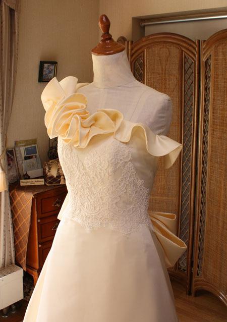 モード系デコルテ。ウェディングドレスのワンショルダーデザイン
