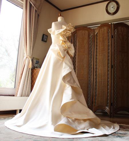 ウェディングドレスのバック スタイル デザイン