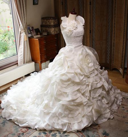 フリルがいっぱいのウェディングドレス