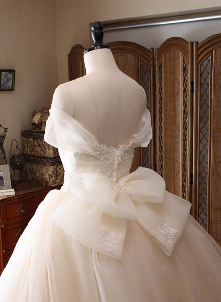 ウェディングドレスのリボン オーガンジー素材の大きめのデコルテ