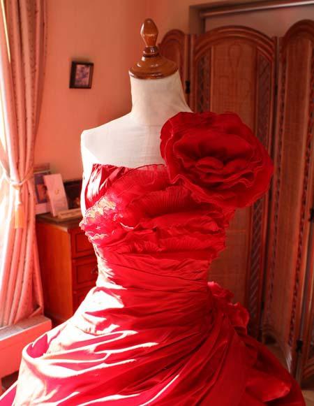 カラードレス 胸元のデザイン
