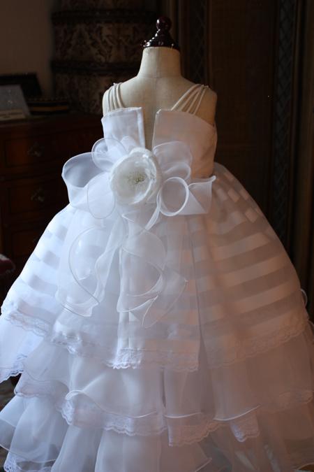 子供用ウェディングドレス リボンとコサージュ
