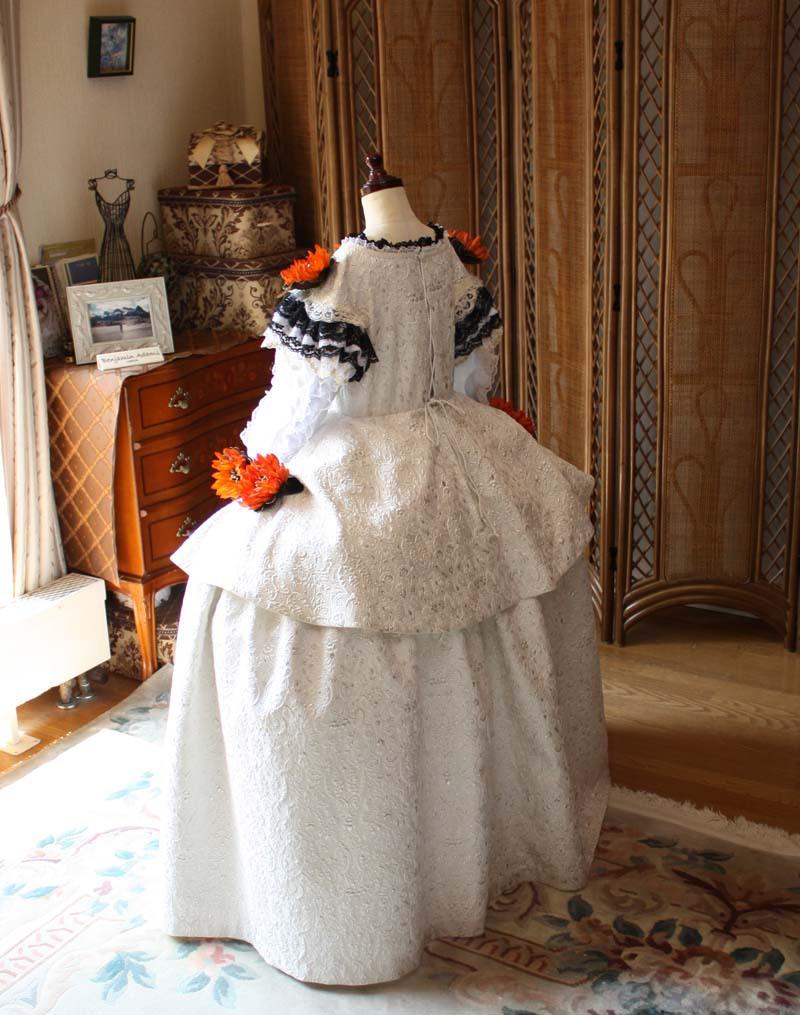 後ろから見たドレスのデザイン