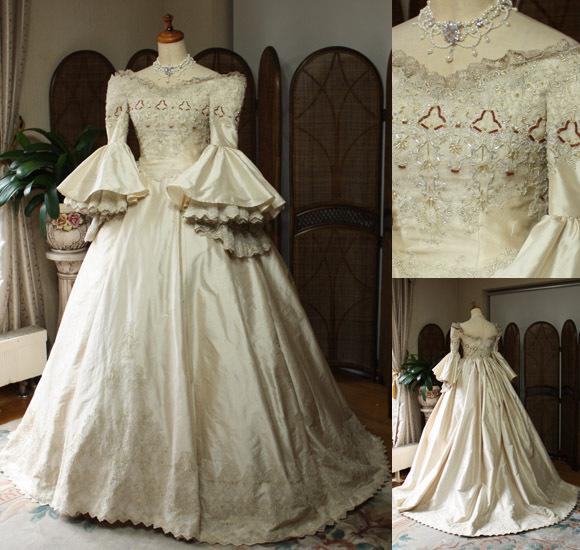 個性的なパコダスリーブとマリアントワネットをイメージするアンティークウェディングドレス
