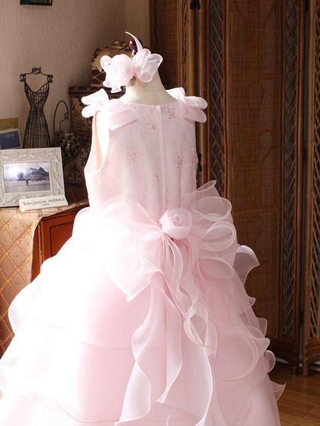 ウェストに施した可愛いピンクのドレス