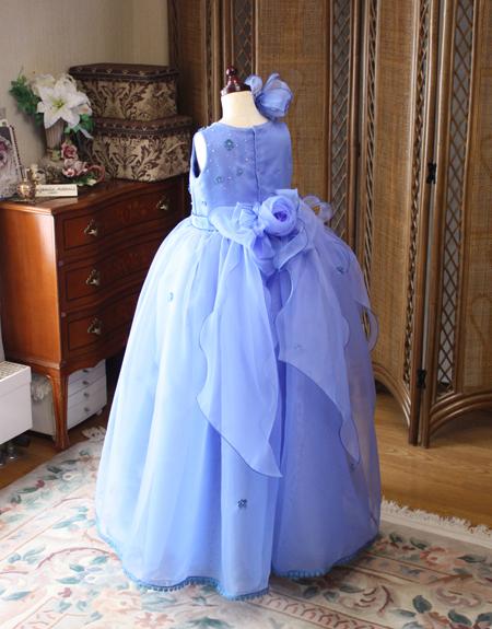 可愛く演出するドレスの後ろ姿 大きなリボンとコサージュ