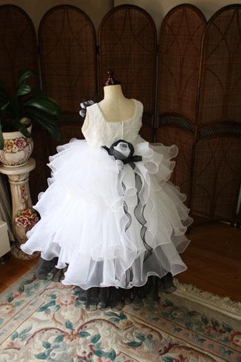 とびっきり可愛い子供用のドレス。ウェディングドレスのようなデザイン