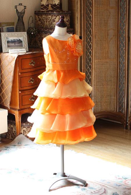 子供用のオレンジカラーのドレス