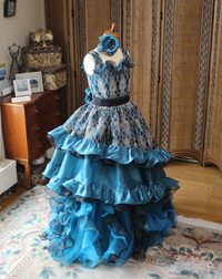 大きな舞台とオーケストラを交えてのピアノのコンチェルトドレス!個性的なアンティーク調スタイルドレス
