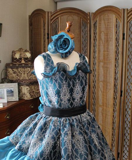 バラのコサージュと豪華なトップス。とびっきりステージに映えるドレス