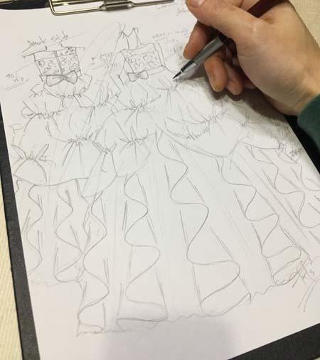 デザイナーが相談する子供用ドレス