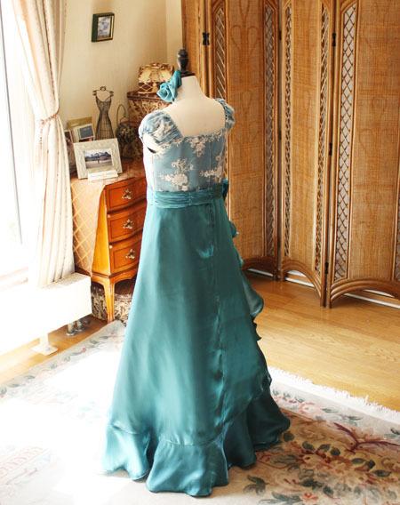 ドレスのシルエットとバックスタイルドレス