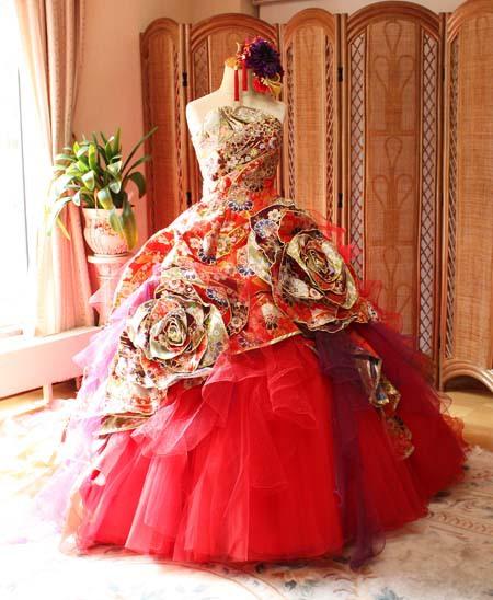 披露宴会場を歓声の声に包むお色直しドレス